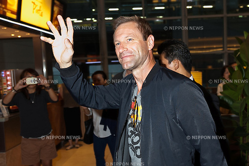 American film and stage actor Aaron Eckhart greets to the cameras upon his arrival at Tokyo International Airport on September 14, 2016, Tokyo, Japan. Tom Hanks arrived with fellow actor Aaron Eckhart to promote their film Sully which hits Japanese theaters on September 24. (Photo by Rodrigo Reyes Marin/AFLO)