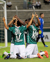 PALMIRA -COLOMBIA-14-04-2016. Jugadores del Deportivo Cali de Colombia celebran gol anotado a Bolívar de Bolivia durante partido por la fecha 5, G3, de la Copa Bridgestone Libertadores 2016 jugado en el estadio Palmaseca de la ciudad de Palmira. / Players of Deportivo Cali of Colombia celebrate a goal scored to Bolivar of Bolivia during a match for the date 5, G3, of the Copa Bridgestone Libertadores 2016 played at Palmaseca stadium in Palmira city.  Photo: VizzorImage/ NR /Cont