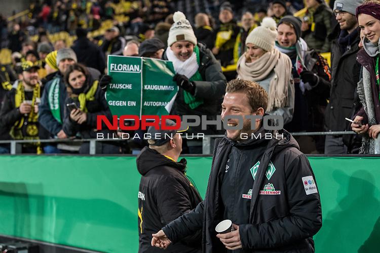 """05.02.2019, Signal Iduna Park, Dortmund, GER, DFB-Pokal, Achtelfinale, Borussia Dortmund vs Werder Bremen<br /> <br /> DFB REGULATIONS PROHIBIT ANY USE OF PHOTOGRAPHS AS IMAGE SEQUENCES AND/OR QUASI-VIDEO.<br /> <br /> im Bild / picture shows<br /> Florian Kohfeldt (Trainer SV Werder Bremen) mit Selfie vor Spielbeginn, auf Tribüne Fans mit Plakat """"Florian: Tausche Kaugimmis gegen Autogramm!"""", <br /> <br /> Foto © nordphoto / Ewert"""