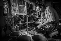 France, Aude (11),  Mas-Saintes-Puelles, Poterie Not, poterie traditionnelle. fabrication des cassoles, plat destiné à la préparation du cassoulet, qui résiste à forte température. //France, Aude, Mas Saintes Puelles, Not Pottery, traditional pottery. manufacturing Cassoles dish for stew cassoulet, which resists high temperature.  (Auto N° 2014-169 et N°2014-170)