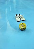 1. Bundesliga Frauen Handball - HC Leipzig HCL : Frankfurt Oder FHC - Arena Leipzig - im Bild: Die Schuhe von Alexandra Mazzucco und ein Handball auf dem Parkett..Foto: aif / Norman Rembarz.Jegliche kommerzielle wie redaktionelle Nutzung ist honorar- und mehrwertsteuerpflichtig! Persönlichkeitsrechte sind zu wahren. Es wird keine Haftung übernommen bei Verletzung von Rechten Dritter. Autoren-Nennung gem. §13 UrhGes. wird verlangt. Weitergabe an Dritte nur nach  vorheriger Absprache. Online-Nutzung ist separat kostenpflichtig...