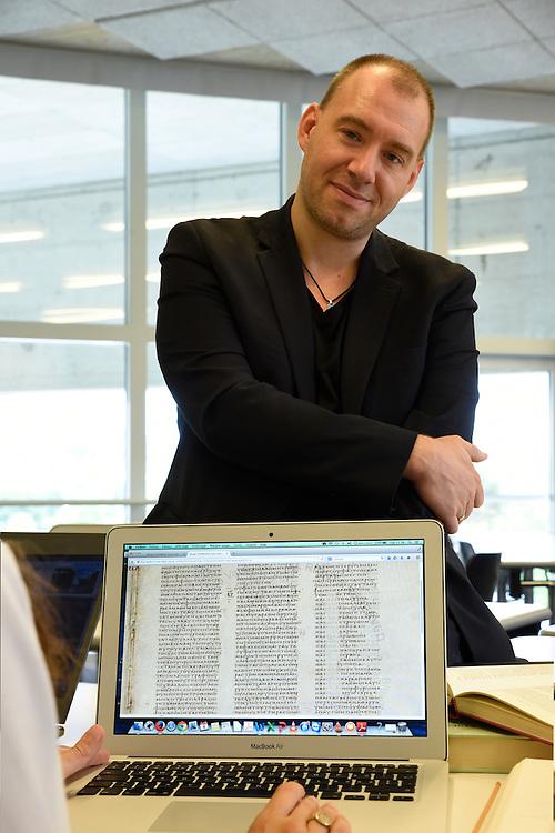 Christophe Nihan, dans une salle de travail de <br /> l UNIL&agrave;  Lausanne . Christophe Nihan est sp&eacute;cialiste de l 'Ancien Testament &agrave; l'Universit&eacute; de Lausanne, Suisse