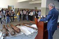 Rafael Camilo Director General de Aduana, muestra unos cañones perteneciente a la época colonial que fueron robados por individuo en Puerto Plata..Lugar:Santo Domingo, RD.Foto:Cesar de la Cruz.Fecha:.
