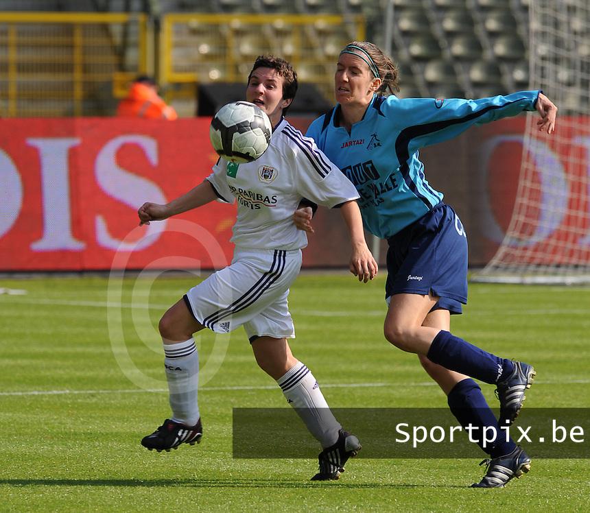15 Mei 2010 Bekerfinale vrouwen : Sinaai Girls - RSC Anderlecht  : Leen Wouters aan de bal voor Natalie Vanderstappen.foto DAVID CATRY / Vrouwenteam.be