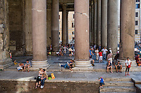 Turisti affollano il Pantheon<br /> Tourists at the Pantheon in Rome