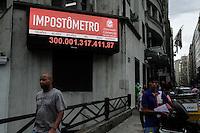 SAO PAULO, SP, 25.02.2014 - O impostometro marcou na tarde desta terça-feria (25), o valor 300 bilhões em impostos arrecadado, na regiao central da cidade de São Paulo. (Foto: Amauri Nehn / Brazil Photo Press).