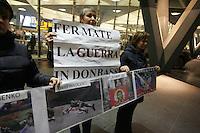 NAPOLI, ITALIA, 02.02.017 - PROTESTO-ITALIA - Manifestantes ucranianios realizam protesto na estacao central de Napoli na Italia, contra a guerra em Donbass. (Foto: Salvatore Esposito/Brazil Photo Press)