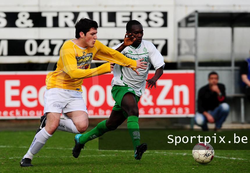 SC Wielsbeke - Dessel Sport : Donjet Shkodra in een duel om de bal met Prince Asubonteng (rechts).foto VDB / BART VANDENBROUCKE