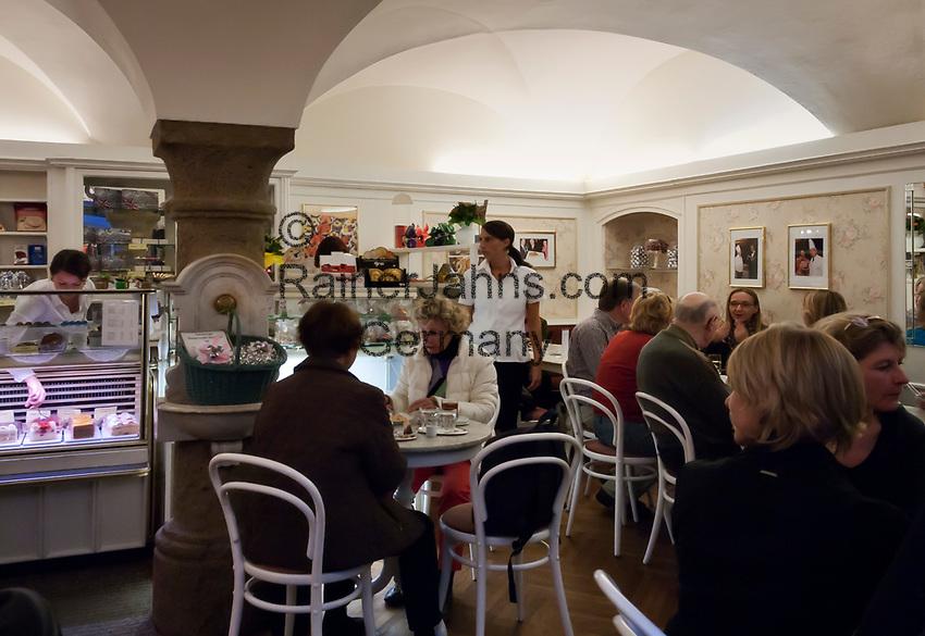 Oesterreich, Salzburger Land, Stadt Salzburg: Café-Konditorei Schatz, altes Original Wiener Cafehaus mitten in der historischen Salzburger Altstadt im Schatz-Durchhaus | Austria, Salzburger Land, Salzburg: inside Cafe Schatz, old original Vienna Cafe House in the historic centre of Salzburg
