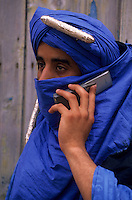 Afrique/Maghreb/Maroc/Essaouira : Dans le souk, berbère et téléphone portable