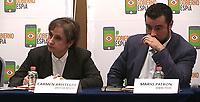 MEX30. CIUDAD DE MÉXICO (MÉXICO), 19/06/2017.- La periodista mexicana Carmen Aristegui (i) y el director del centro de Derechos Humanos Miguel Agustín Prodh, Mario Patrón (d), presiden una conferencia de prensa hoy, lunes 19 de junio de 2017, en Ciudad de México (México). Defensores de derechos humanos, activistas anticorrupción y periodistas condenaron hoy el presunto espionaje de que fueron víctimas por parte del Gobierno de México denunciado por el diario estadounidense The New York Times. EFE/Héctor Pérez