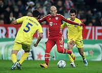 FUSSBALL   CHAMPIONS LEAGUE   SAISON 2011/2012     22.11.2011 FC Bayern Muenchen - FC Villarreal Carlos Marchena (li, Villarreal CF) gegen Arjen Robben (Mitte, FC Bayern Muenchen) gegen Hernan Perez (Villarreal CF)