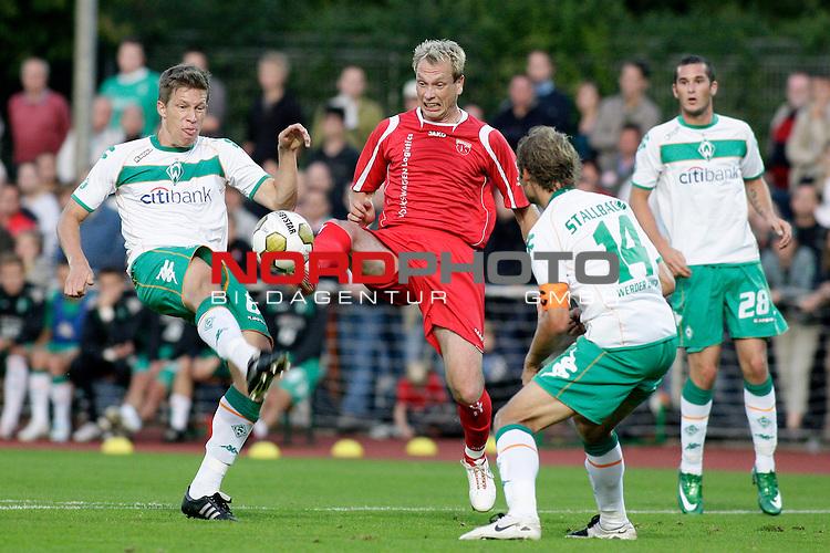 3. FBL 2008/2009 6. Spieltag Hinrunde<br /> Werder Bremen II U23 - Kickers Emden<br /> <br /> Sandro Stallbaum (#14 GER Werder Bremen II), Dominik Schmidt (#28 GER Werder Bremen II) und Enrico Neitzel (#11 Kickers Emden) und Nicolas Feldhahn (#6 GER Werder Bremen II).<br /> <br /> Foto &copy; nph (  nordphoto  ) *** Local Caption ***