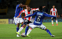 BOGOTA - COLOMBIA - 09-09-2015: Luis Mosquera jugador de Millonarios  disputa el balon con Juan Perez de Atletico Junior durante partido  por la fecha 11 de la Liga Aguila II 2015 jugado en el estadio Nemesio Camacho El Campin . / Luis Mosquera player of Millonarios fights the ball against Juan Perez of Atletico Junior during a match for the eleventh date of the Liga Aguila II 2015 played at Nemesio Camacho El Campin stadium in Bogota  city. Photo: VizzorImage / Felipe Caicedo / Staff.