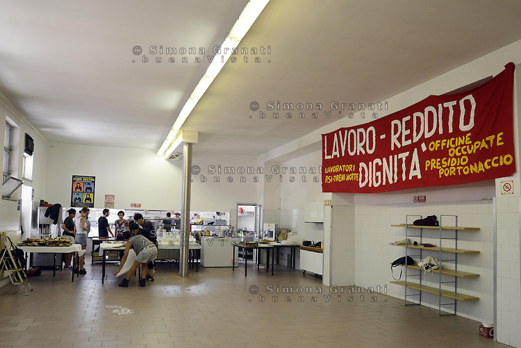 Roma, 13 Settembre 2014<br /> OZ, Officine Zero, fabbrica recuperata.<br /> EX Officine RSI (Rail Service Italy).<br /> Secondo incontro della tre giorni del meeting per l'organizzazione di uno sciopero sociale in tutta Europa.<br /> Contro le politiche di austerit&agrave;, contro la precariet&agrave; e la disoccupazione di massa, per il welfare, per il diritto alla citt&agrave; e per i beni comuni. La preparazione del pranzo nella mensa.<br /> Rome, 13 September 2014.<br /> OZ, Officine Zero recuperated factory. <br /> EX Officine RSI (Rail Service Italy).<br />  <br /> Second meeting of the three-day meeting for the organization of a social strike across Europe. <br /> Against the policies of austerity, against insecurity and mass unemployment, for welfare, the right to the city and for the common good.