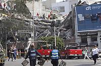 MEX60. CIUDAD DE MÉXICO (MÉXICO), 19/09/2017.- Cientos de mexicanos intentan rescatar a personas con vida de los edificios colapsados en Ciudad de México (México) hoy, martes 19 de septiembre de 2017, tras un sismo de magnitud 7,1 en la escala de Richter, que sacudió fuertemente la capital mexicana y causó escenas de pánico justo cuanto se cumplen 32 años de poderoso terremoto que provocó miles de muertes. Las autoridades mexicanas elevaron hoy a 79 el número de muertos por el terremoto de magnitud 7,1 en la escala de Richter que sacudió hoy con violencia el centro del país. EFE/Sáshenka Gutiérrez