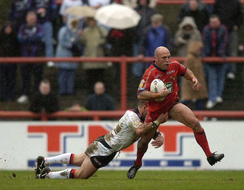 Photo: Richard Lane..London Broncos v Widnes Vikings. Tetleys Super League. 18/04/2004..Steele Retchless attacks.