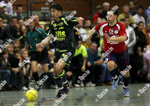 2007-05-20 / Futsal / Antwerpen - Brussels: Karim Bali gaat voorbij zijn Brusselse bewaker.