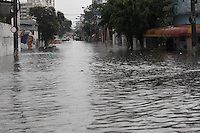 FOTO EMBARGADA PARA VEICULOS INTERNACIONAIS. SAO PAULO,  SP, 06-12-2012, CHUVA. A cidade de Sao Paulo sofreu com mais uma chuva forte na tarde dessa Quinta-feira (6). uma das regioes mais afetadas foi a zona leste. Na foto Rua da regiao da Av Aricanduva. Luiz Guarnieri/ Brazil Photo Press.