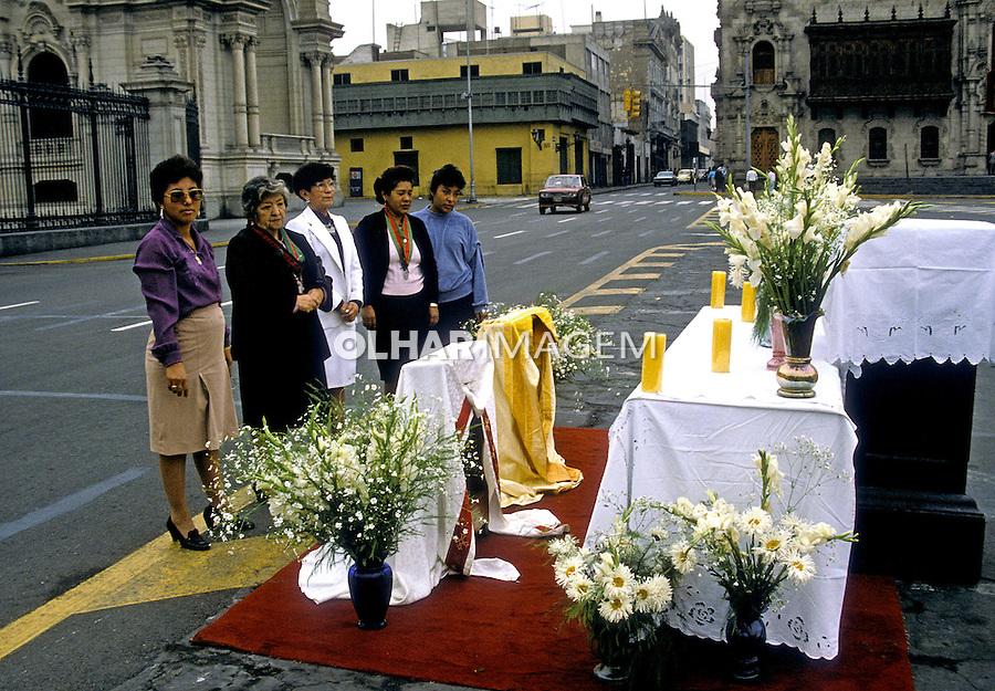 Altar em praça no centro de Lima. Perú. Foto de Juca Martins. Data: 1994