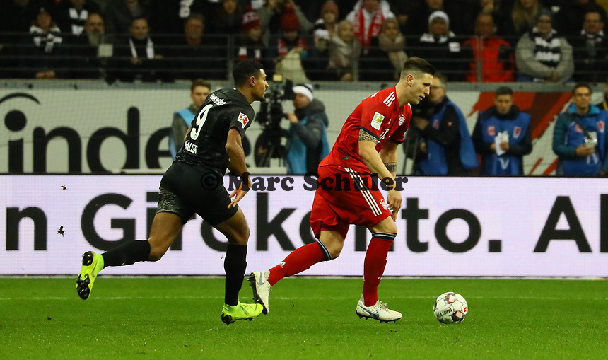 Niklas Süle (FC Bayern Muenchen) gegen Sebastien Haller (Eintracht Frankfurt) - 22.12.2018: Eintracht Frankfurt vs. FC Bayern München, Commerzbank Arena, DISCLAIMER: DFL regulations prohibit any use of photographs as image sequences and/or quasi-video.