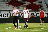 ATENÇÃO EDITOR: FOTO EMBARGADA PARA VEÍCULOS INTERNACIONAIS - RECIFE,PE,09 SETEMBRO 2012 - TREINO SELEÇÃO CHINA  -  Camacho (e)  tecnico da  seleção Chinesa   na noite  de hoje no Estadio do Arruda em Recife.FOTO ALE VIANNA - BRAZIL PHOTO PRESS.
