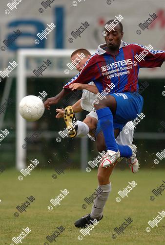 Kontich FC - Rapid Leest : Een stevig duel tussen Hendrickx van Kontich en Kisalu.