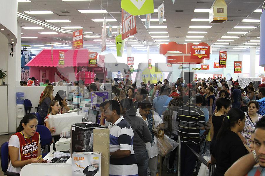 SÃO PAULO, SP, 10.01.14 - MEGA LIQUIDAÇÃO EM LOJA DE SHOPPING NA ZONA LESTE - A 20ª edição da Liquidação Fantástica do Magazine Luiza vem gerando grandes filas no Shopping Aricanduva, zona leste da capital paulista. Nas primeiras horas da manhã desta sexta-feira (10), a loja foi aberta aos consumidores que encheram a loja atrás de bons preços. Alguns dos produtos têm descontos de até 70%. (Foto: Geovani Velasquez / Brazil Photo Press).