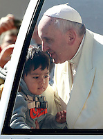 Papa Francesco saluta un bambino al suo arrivo all'udienza generale del mercoledi' in Piazza San Pietro, Citta' del Vaticano, 16 aprile 2014.<br /> Pope Francis greets a child as he arrives for his weekly general audience in St. Peter's Square at the Vatican, 16 April 2014.<br /> UPDATE IMAGES PRESS/Isabella Bonotto<br /> <br /> STRICTLY ONLY FOR EDITORIAL USE
