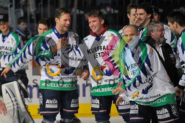 Die Adler Mannheim freuen sich ueber den Sieg, in der Mitte Mannheims Marcus Kink (Nr.17) und Mannheims Florian Kettemer (Nr.69)  beim Spiel in der DEL, Adler Mannheim - Nuernberg Ice Tigers.<br /> <br /> Foto &copy; Ice-Hockey-Picture-24 *** Foto ist honorarpflichtig! *** Auf Anfrage in hoeherer Qualitaet/Aufloesung. Belegexemplar erbeten. Veroeffentlichung ausschliesslich fuer journalistisch-publizistische Zwecke. For editorial use only.