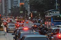 SAO PAULO, 12 DE JUNHO DE 2013 - TRANSITO - SAO PAULO - Chuva causa lentidão no transito da Avenida Paulista, altura do Masp, região central, no fim da tarde desta quarta feira, 12. (FOTO: ALEXANDRE MOREIRA / BRAZIL PHOTO PRESS)
