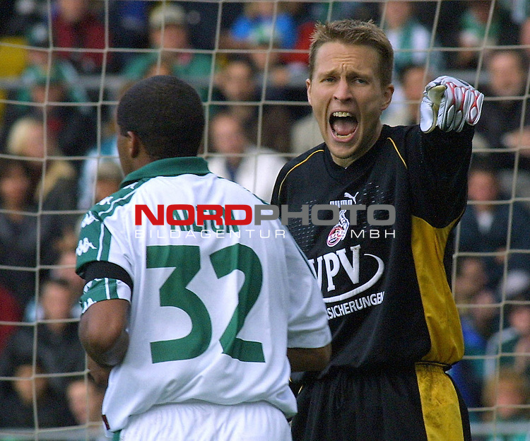 Fuflball-Bundesliga - SV Werder Bremen - 1. FC Koeln (1:1).<br /> Koelns Torwart Alexander Bade kurz vor dem Abpfiff unter Druck. Links im Bild Werders Ailton.<br />  <br /> [Foto &prod; nordphoto -  Foto ist honorarpflichtig!  7 % MwSt. Belegexemplar erforderlich - (Dig.Fotografie)<br /> Georg-Reinke-Strasse 1; 49377 Vechta