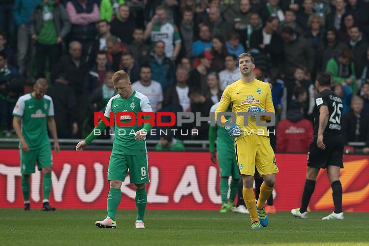 09.04.2016, Weser Stadion, Bremen, GER, 1.FBL. Werder Bremen vs FC Augsburg, im Bild<br /> <br /> entt&auml;uscht / enttaeuscht / traurig /<br /> <br /> Felix Wiedwald (Bremen #42) <br /> Laszlo Kleinheisler (Werder Bremen #06)<br /> Sambou Yatabare (Bremen #05)<br /> <br /> <br /> Foto &copy; nordphoto / Kokenge
