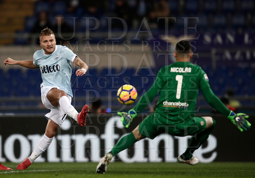 Calcio, Serie A: SS Lazio vs Hellas Verona, Roma, stadio Olimpico, 19 febbraio 2018.<br /> Lazio's Ciro Immobile (l) in action with Hellas Verona's goalkeeper Nicolas Davide Andrade (r) during the Italian Serie A football match between SS Lazio and Verona at Rome's Olympic stadium, February 19, 2018.<br /> UPDATE IMAGES PRESS/Isabella Bonotto