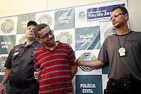 RIO JANEIRO, RJ 02 AGOSTO 2012 - Policias  militares  após denúncia ao disque  denúncia , prenderam  Ênio Thomaz da Rocha,caseiro acusado de  matar e enterrar empresára  no quintal  de sua residência  em  São  Conrado RJ, no último sábado (30), o mesmo foi levado para  Divisão  de  Homícidios na  Barra da  Tijuca  na  manhã dessa  quinta-feira. FOTO: Guto Maia / Brazil Photo Press