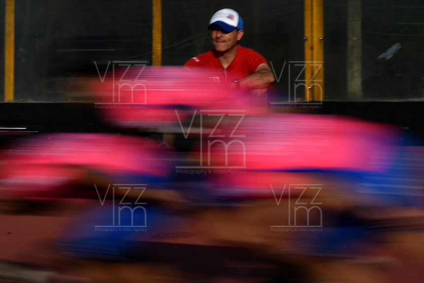 BOGOTA - COLOMBIA - 27 - 06 - 2017: Ivan Vargas, tecnico de la Selección Colombia de Carreras Manzana Postobon, prepara los patines de un patinador, durante entreno en el Patinodromo El Salitre de la Ciudad de Bogota. La selección Colombia de Patinaje de Carreras, entrena en la capital de la república, con miras a los eventos internacionales del año, Los World Games en Polonia en el mes de julio; Los Roller Games en China, en el mes de septiembre y los Juegos Bolivarianos en Colombia, en el mes de noviembre. /  Ivan Vargas, coach of the Colombia team of Skating Races Manzana Postobon, prepares the skates of a skater, during training in the Patinodrome El Salitre of the City of Bogota. The Colombia Team of Skating Races, trains in the capital of the republic, with a view to the international events of the year, The World Games in Poland in the month of July; The Roller Games in China, in September and the Bolivarian Games in Colombia, in November. / Photos: VizzorImage / Luis Ramirez / Staff.