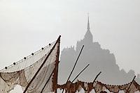 Europe/France/Normandie/Basse-Normandie/50/Manche/Env Saint-Michel-de-Montjoie: Le Mont Saint-Michel et filets au soleil levant