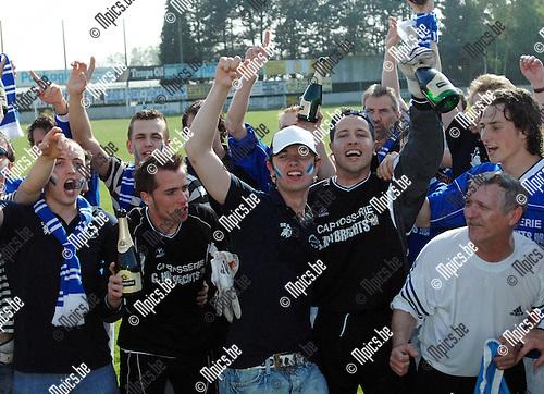 2007-04-22 / KVC Veerle Sport - FC Zwaneven: champagne en vreugde bij spelers en supporters van Zwaneven