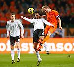 Nederland, Amsterdam, 14 november 2012 .Seizoen 2012-2013.Oefeninterland.Nederland-Duitsland .Dirk Kuyt (r.) van Nederland en Mats Hummels (2e van rechts.) van Duitsland strijden om de bal.