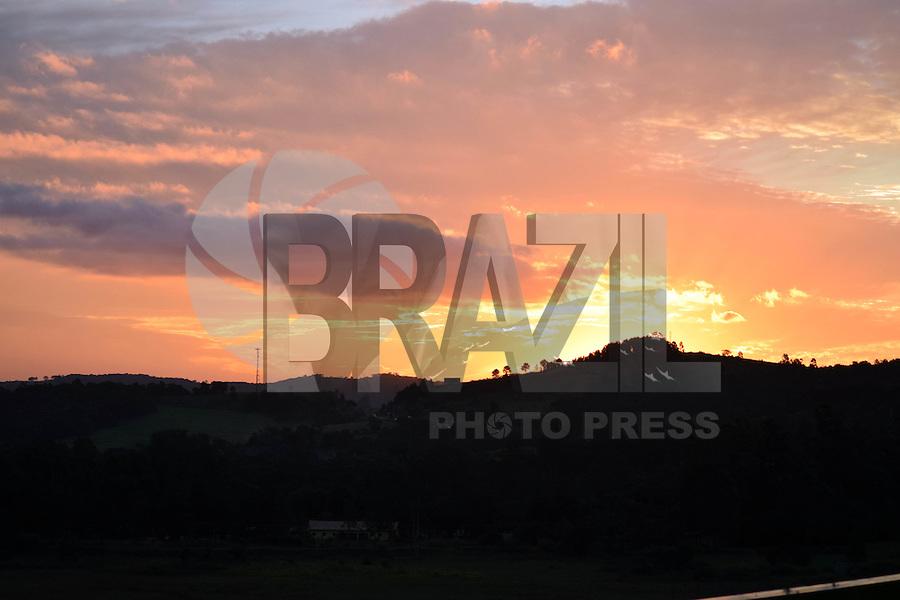 ATIBAIA, 08.05.2015 - CLIMA-SP - Por do Sol visto da cidade de Atibaia, interior do Estado de São Paulo na tarde dessa sexta-feira, 08.(Foto: Eduardo Carmim/Brazil Photo Press)