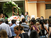 SÃO PAULO - SP -  13 DE FEVEREIRO 2013. O corpo do arquiteto Luciano de Lucca, que caiu de um navio no mar de Santos, no litoral paulista, foi enterrado na tarde desta quarta-feira (13), no Cemitério do Araçá, na Zona Oeste de São Paulo.  FOTO: MAURICIO CAMARGO / BRAZIL PHOTO PRESS.