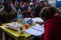 SAO PAULO 12 DE JULHO DE 2013 - Central do Poupatempo montado na quadra da Imperador do Ipiranga na manhã desta sexta-feira(12), atende com emissão de decumentos aos moradores da favela da Ilha que foi atingido por um incendio na madrugada do ultimo domingo dia 07.(Foto: Amauri Nehn/Brazil Photo Press)