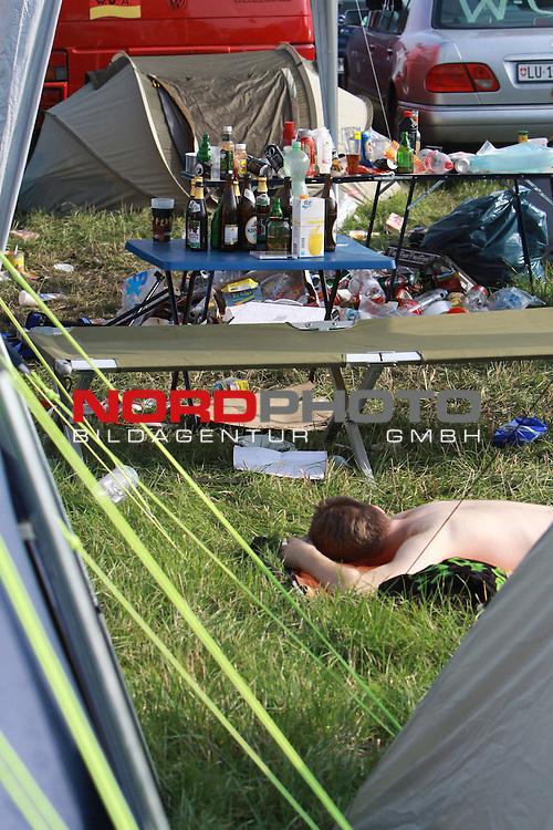 05.08.2011, Wacken, GER, W:O:A Wacken Open Air 2011, im Bild erschoepfte und muede Festivalbesucher auf dem Campingplatz in Wacken, Foto © nph / Kohring *** Local Caption ***