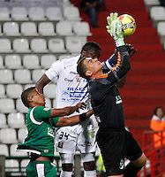 MANIZALES -COLOMBIA, 23-11-2013. Farid Mondragon (Der.) del Deportivo Cali salta por un balón con Clemente Palacios (atrás) de Once Caldas durante partido válido por la fecha 3 de los cuadrangulares finales de la Liga Postobón II 2013 jugado en el estadio Palogrande de la ciudad de Manizales./ Deportivo Cali player Farid Mondragon (R) jumps for the ball with Clemente Palacios (Back) Once Caldas during match for the 3rd date of final quadrangulars of the Postobon  League II 2013 at Palogrande stadium in Manizales city. Photo: VizzorImage/Santiago Osorio/STR