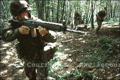 Isone-Tessin, septembre 1996.Caserne des grenadier, entraînement de combat tactique en forêt..Military training of fight tactics in forest..© J.-P. Di Silvestro / Le Courrier