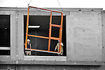 BREUKELEN - Op het bedrijventerrein Breukelerwaard in Breukelen halen medewerkers van bouwonderneming Bolton de houten kozijnen binnen van bedrijfsverzamelcomplex II. Het in opdracht van Rijn en Vecht Ontwikkkeling gebouwde complex bestaat uit 20 multifunctionele bedrijfsunits met oppervlakten variërend van 140m² tot 242m². Verschillende units zijn aan elkaar te koppelen, grote overheaddeuren bieden ruim toegang tot de panden en de hoekunits zijn uitgevoerd met een glazen pui.COPYRIGHT TON BORSBOOM