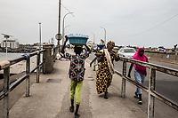 Mercato di Cotonou, un bambino trasporta una cesta