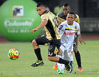 ITAGÜÍ -COLOMBIA-12-03-2014. Cleider Alzate (Izq) jugador de Itaguí disputa el balón con Nelson Barahona (Der) jugador de Alianza Petrolera en partido por la fecha 10 de la Liga Postobon I 2014 jugado en el estadio Metropolitano de Itaguí./ Cleider Alzate (L) player of Itagui figths the ball with Nelson Barahona (R) player of Alianza Petrolera during match valid for the 10th date of the Postobon League I 2014 played at Metropolitano stadium in Itaguí city.  Photo: VizzorImage/Luis Ríos/STR