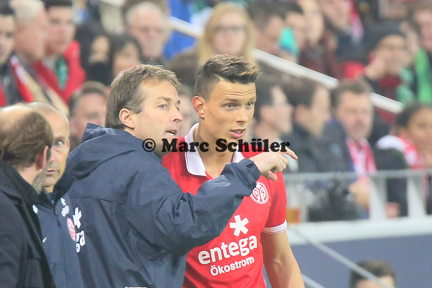 Trainer Kaspar Hjulmand (Mainz) mit Petar Sliskovic  - 1. FSV Mainz 05 vs. SV Werder Bremenl, Coface Arena