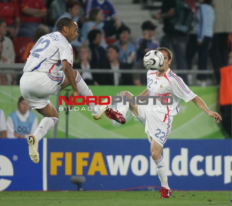 FIFA WM 2006 -  Round of Sixteen - / Achtelfinale<br /> Play    #56  (27-Jun) - Spanien - Frankreich 1:3<br /> <br /> Thierry Henry (links) und Frank Ribery (rechts) von Frankreich gehen gemeinsam zum Ball.<br /> Thierry Henry und Frank Ribery in Aktion.<br /> <br /> Foto &copy; nordphoto